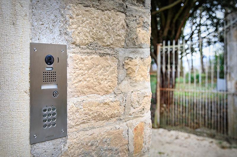 Interphone et portail motorisé